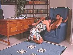 Mature lezzie seduces sexy chick